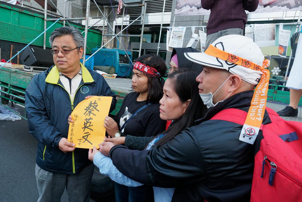 各國移工代表宣讀完「給蔡英文的一封信」,民進黨由社運部主任郭文彬出面接下陳情信,但並未對群眾發言。(攝影:林佳禾)
