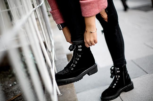 maxi-jersey-rosa-hm-pantalones-rotos-botas-terciopelo-stradivarius-carmen-acosta-streetstyle3