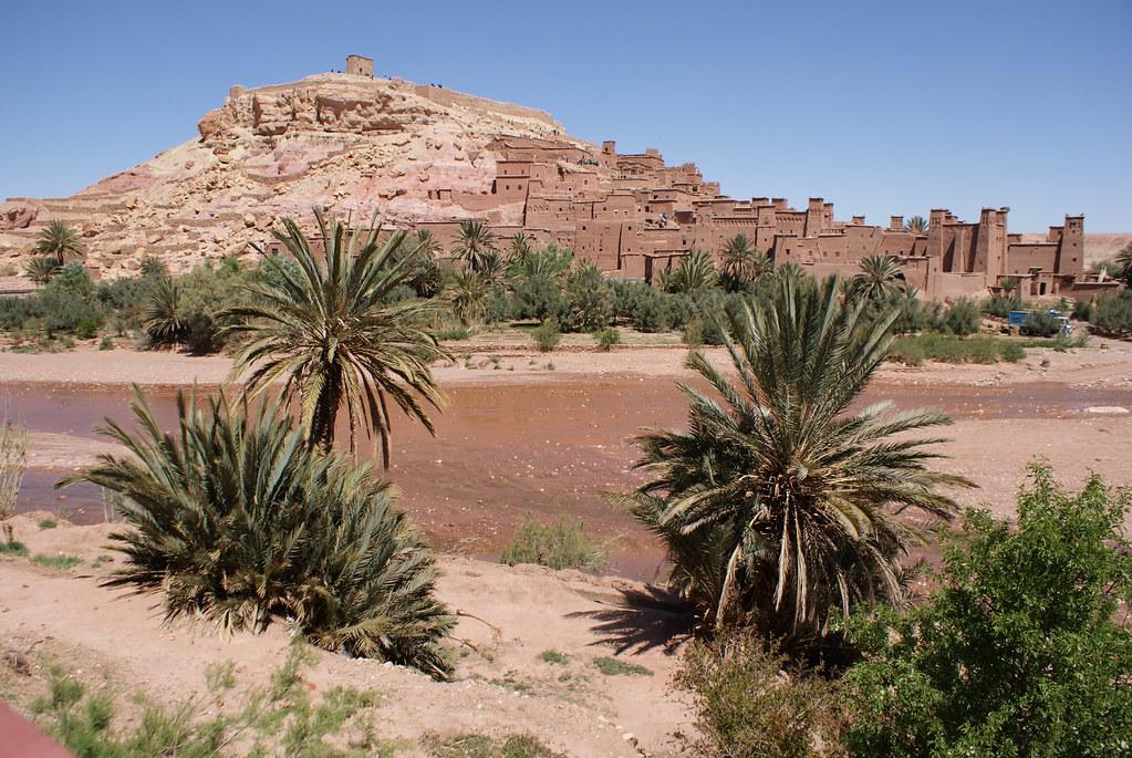 Ait Ben Habbou, l'ancien village en terre derrière la rivière.