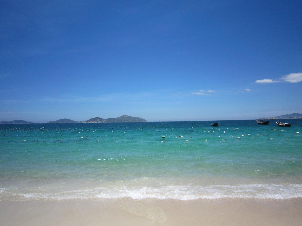 Bãi Bình Châu nước trong xanh.