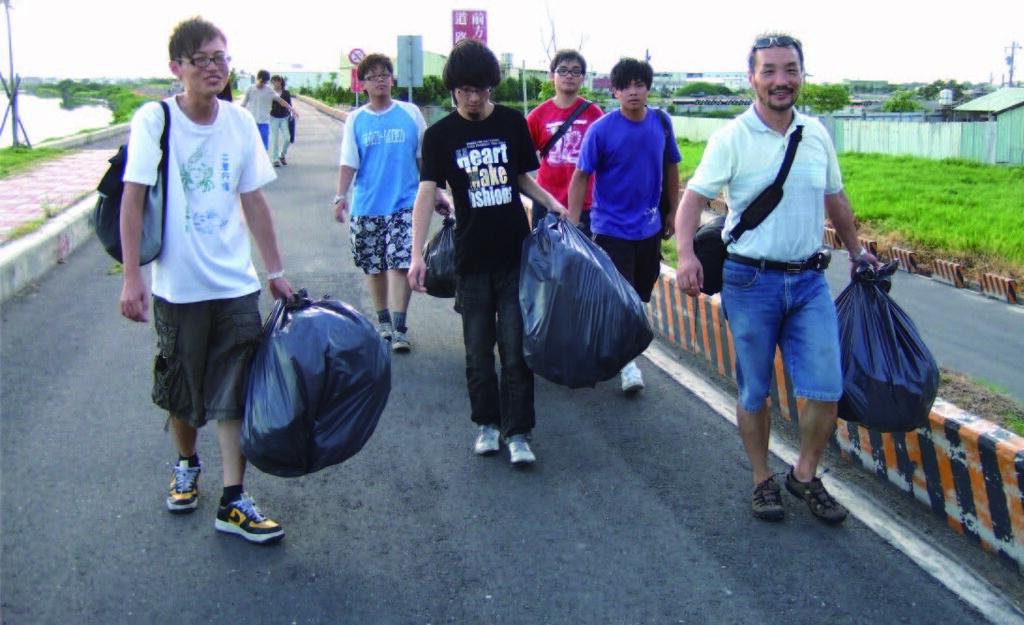 洪慶宜帶領學生一同淨溪。圖片來源:環保署。