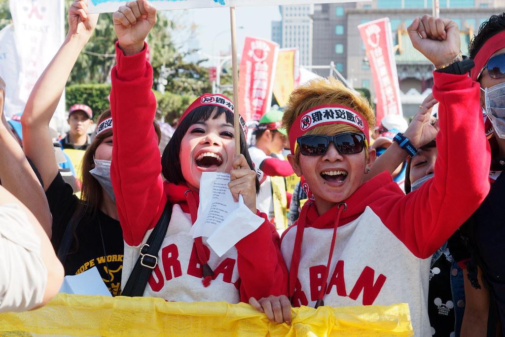 遊行集結時,各國移工各自用母語喊口號,氣氛很快熱絡起來。(攝影:林佳禾)