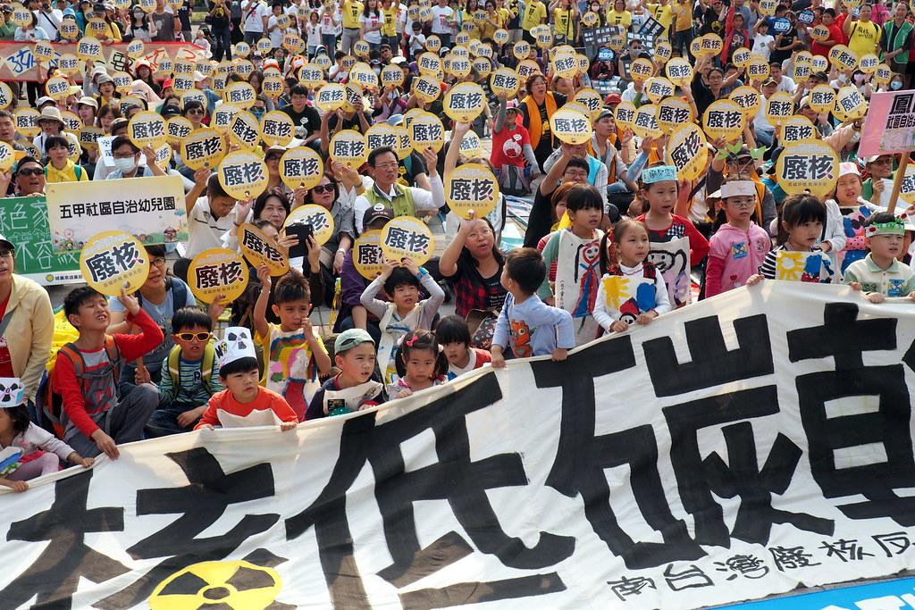 311南台灣廢核反空污遊行,民眾舉牌表達遊行宣示。攝影:李育琴。