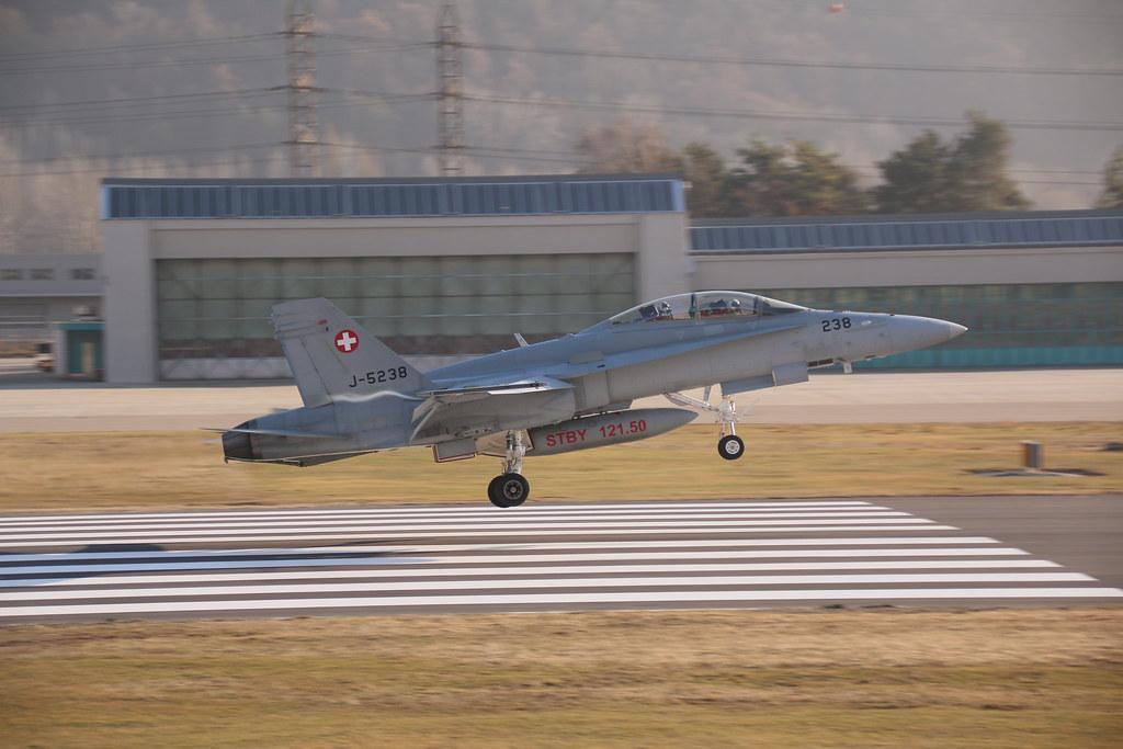 Aéroport - base aérienne de Sion (Suisse) 32921610302_f448d4b55f_b