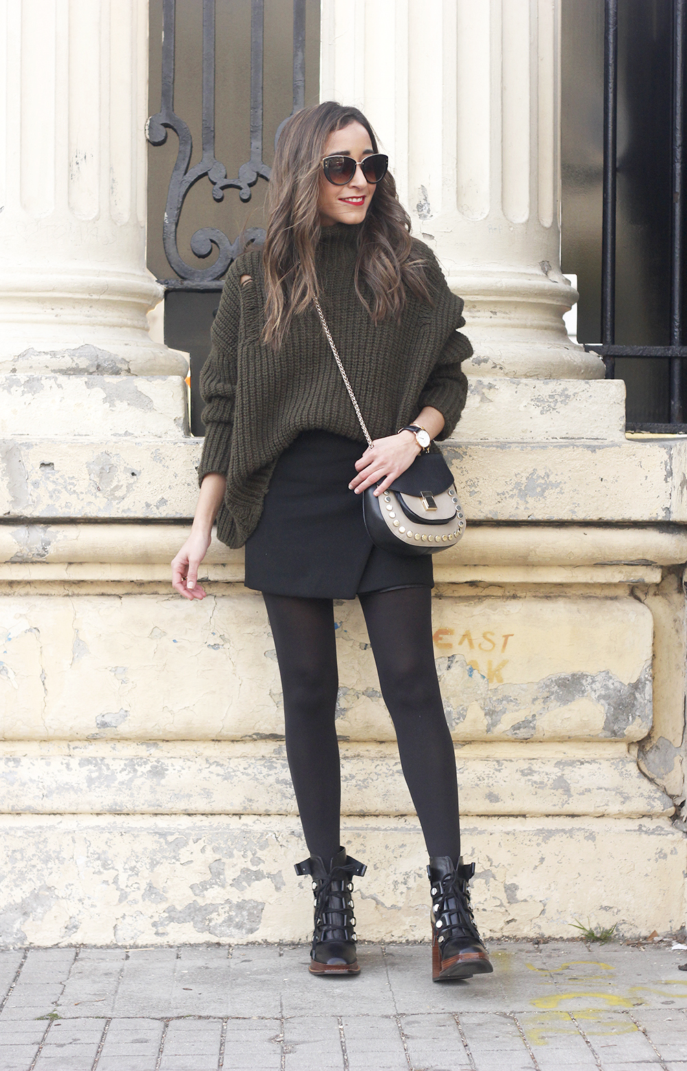 green sweater booties black skirt uterqüe bag style fashion winter outfit02