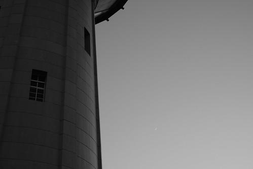 給水塔と月