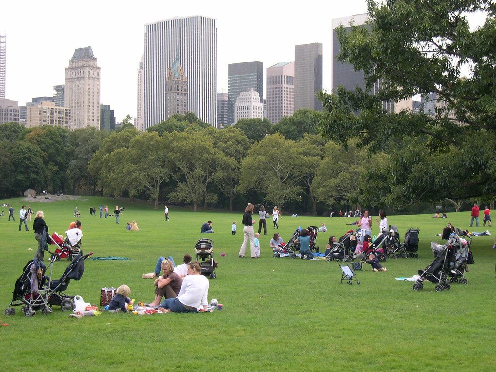 Madres jugando con sus hijos en Central Park