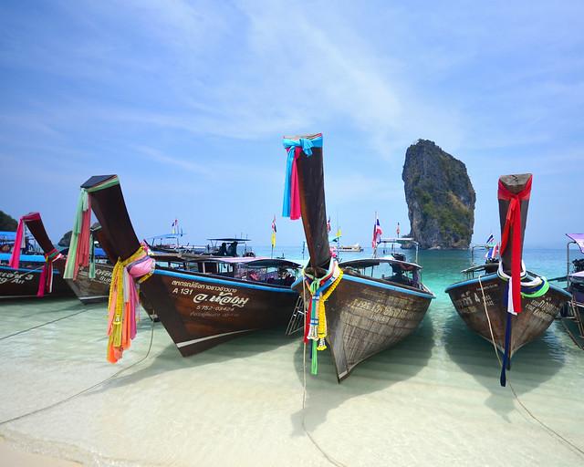 Barcas de colores en Poda Island