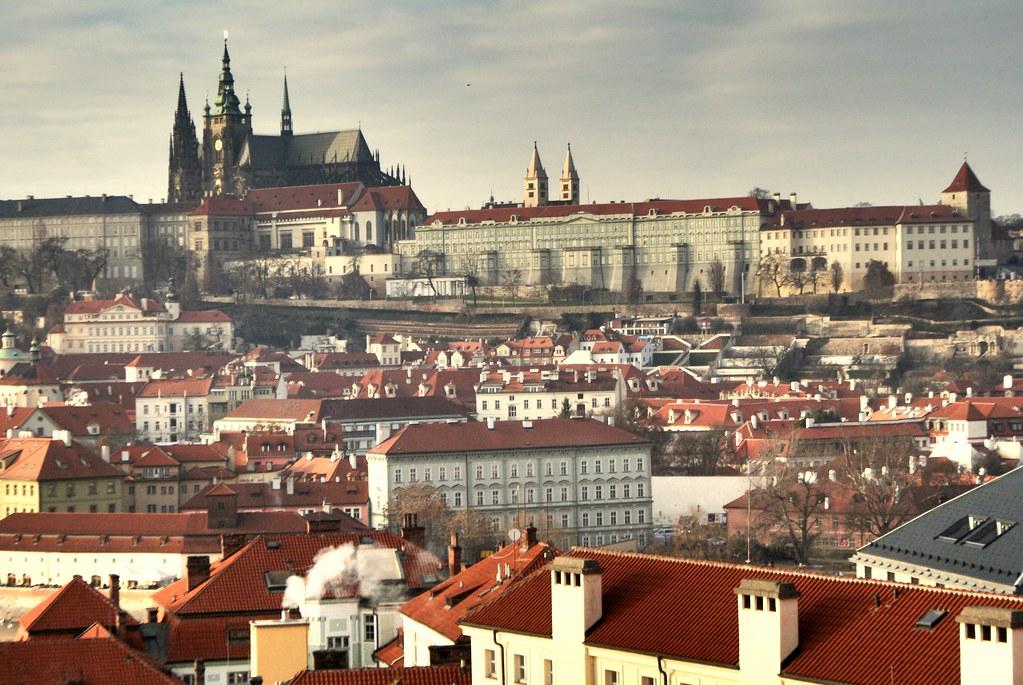 Vue depuis la tour astronomique du Clementinum vers Mala Strana et le chateau de Prague sur la colline.