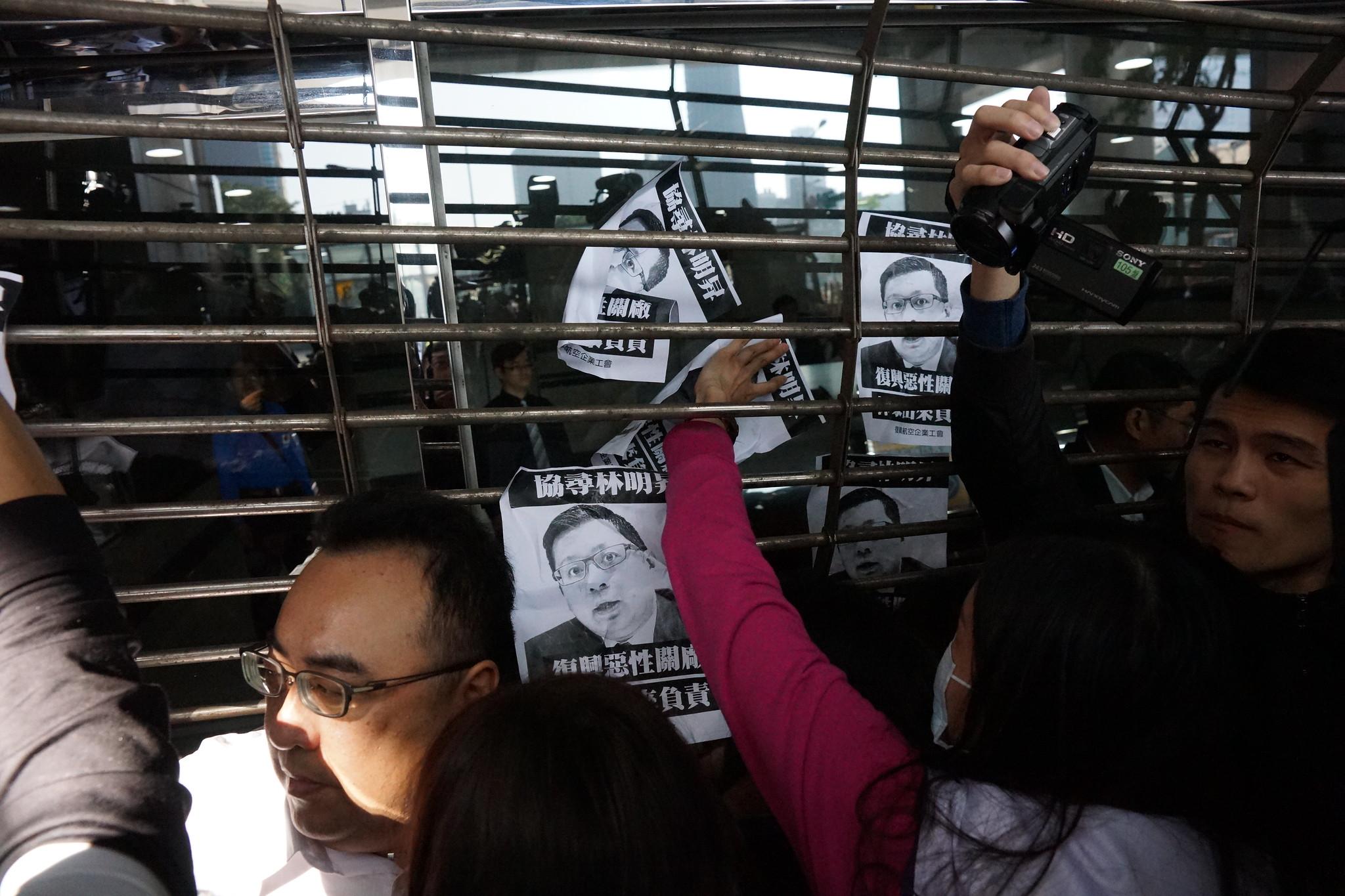 林家「國產實業」面對勞工抗爭直接拉下鐵門引發推擠衝突。(攝影:王顥中)