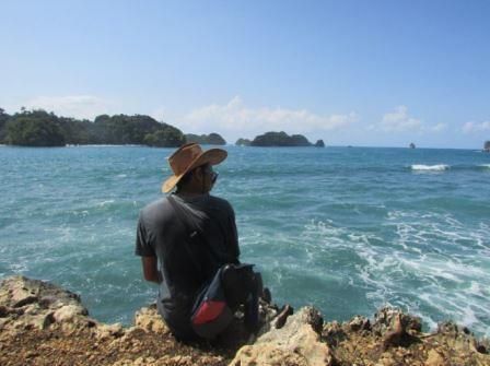 berfoto di spot tebing samping Pantai Batu Pecah