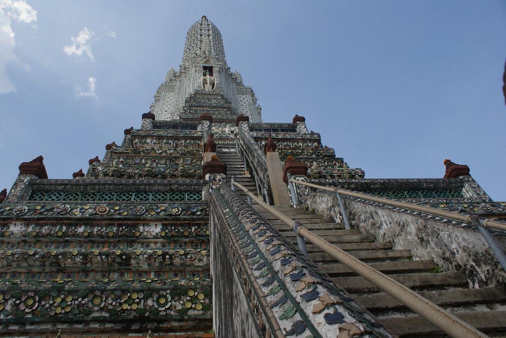 L'impressionnante pyramide principale du temple Arun à Bangkok.
