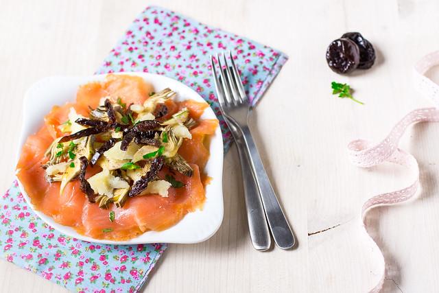 Carpaccio di salmone affumicato, carciofi, Prugne della California e scaglie di pecorino