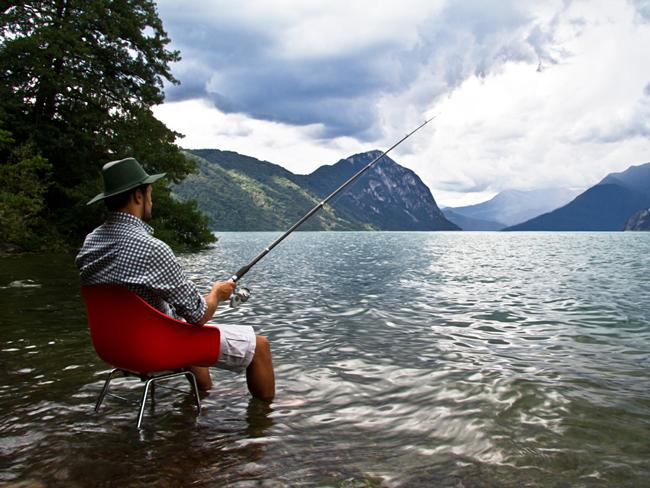座在TOOU椅子上,在戶外釣魚