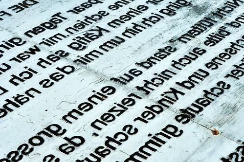 """Landshut Isar Bayern Niederbayern Installation Künstler Wilhelm Zimmer Kunstwerk Denkmal """"Denk-mal an die Freiheit"""" Mühleninsel Landshut Käfig Aluminium spiegelverkehrter Text Lied """"Die Freiheit"""" Liedermacher Georg DanzerSpiegelung Selbstspiegelung Foto Brigitte Stolle Oktober 2015"""