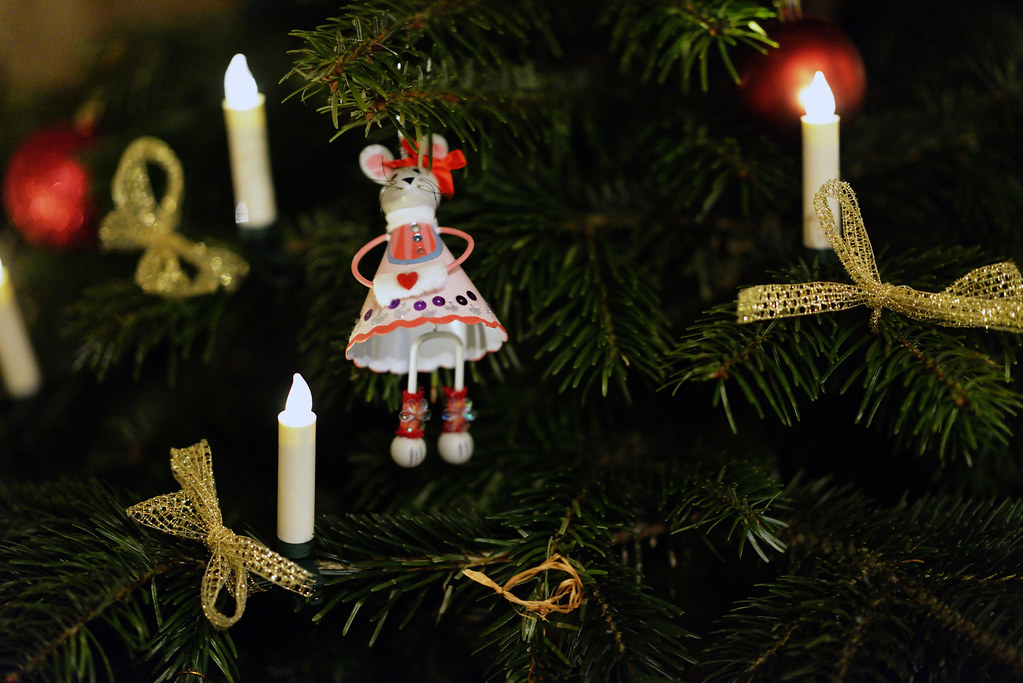 Weihnachten 2016 am weihnachtsbaum die lichter brennen for Weihnachtsbaum fa r fensterbank