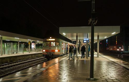 Im nassen Bahnsteig spiegelt sich der 420 bei seiner Pause in Moosach.