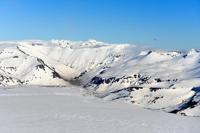 Preciosas montañas nevadas en Islandia vistas a bordo de una avioneta desde el aire