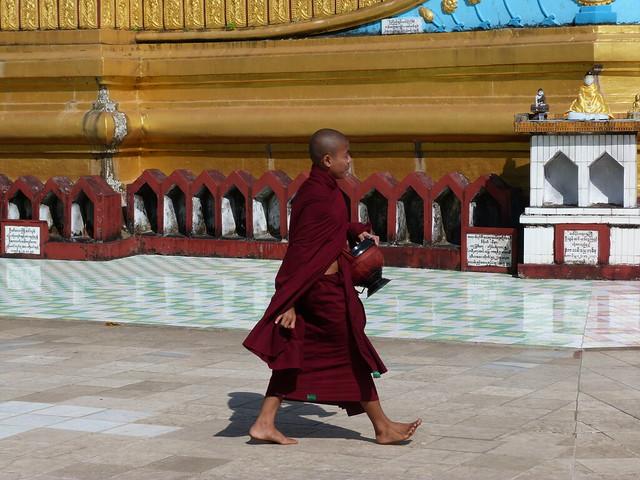 Monje budista caminando descalzo en una pagoda de Myanmar