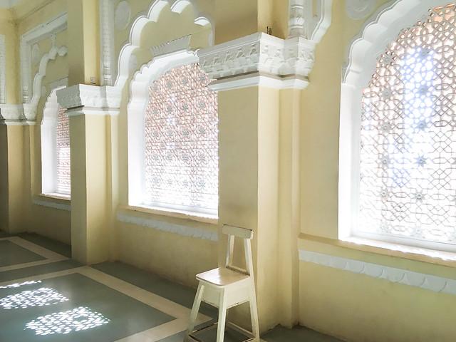 Corridor with openwork windows in Mehrangarh Fort, Jodhpur, India ジョードプル メヘラーンガル・フォートの透かし彫りの窓