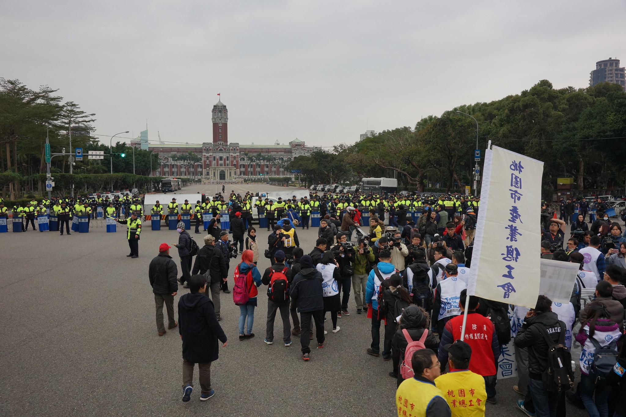 """警方在台北宾馆前设置""""陈情区"""",但工会绕开该区,在公园路与凯道口静坐陈情。(摄影:王颢中)"""
