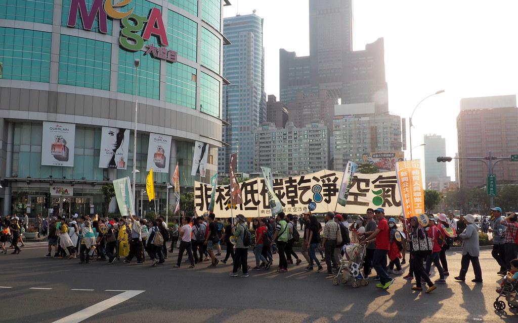 311南台灣廢核遊行,走過八五大樓拉起非核低碳乾淨空氣的大旗。攝影:李育琴。