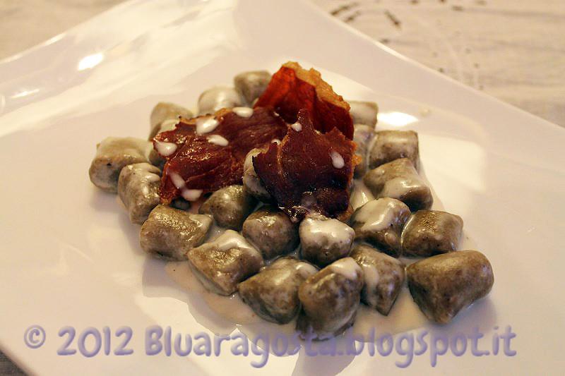 07-gnocchi all'acqua con polvere di porcini fonduta di toma e petali di speck