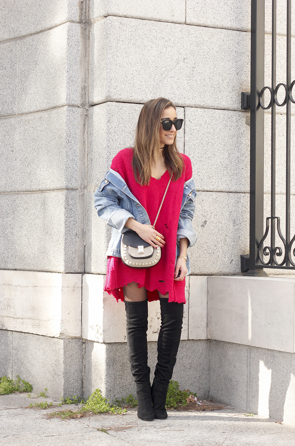 ripped sweater dress jersey rotos over the knee boots denim jacket uterqüe bag01