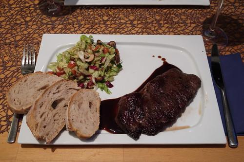 Pferdesteak mit Balsamico-Rotwein-Soße, buntem Salat und Brot