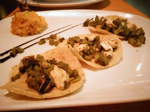 Nopal al ajillo con queso panela tacos