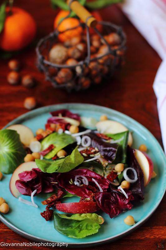 Ricetta dell'insalata con cicorini misti, ceci, mele, pomodori secchi, cipollotti e semi di finocchio