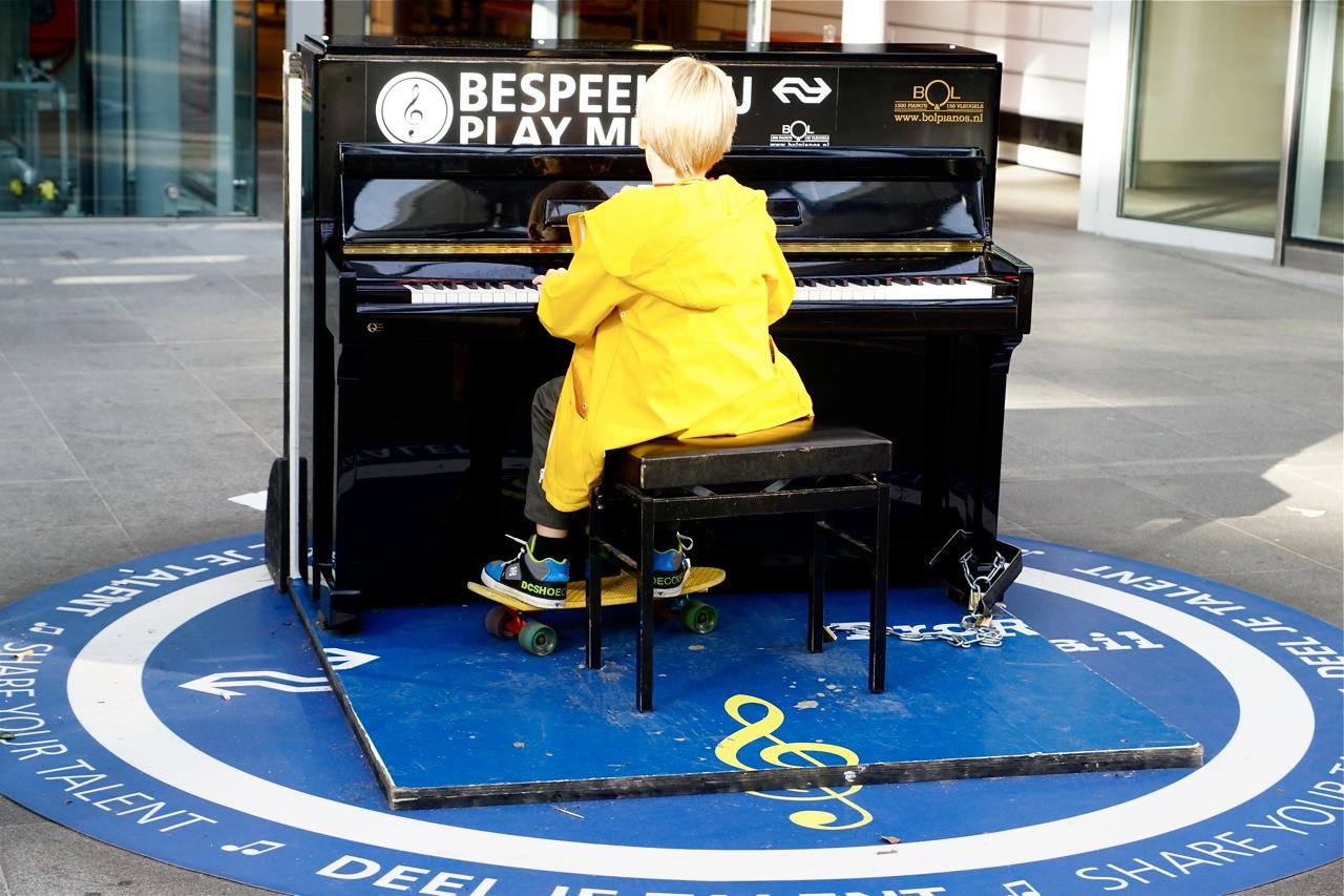 Jongen achter de piano op Den Haag Centraal