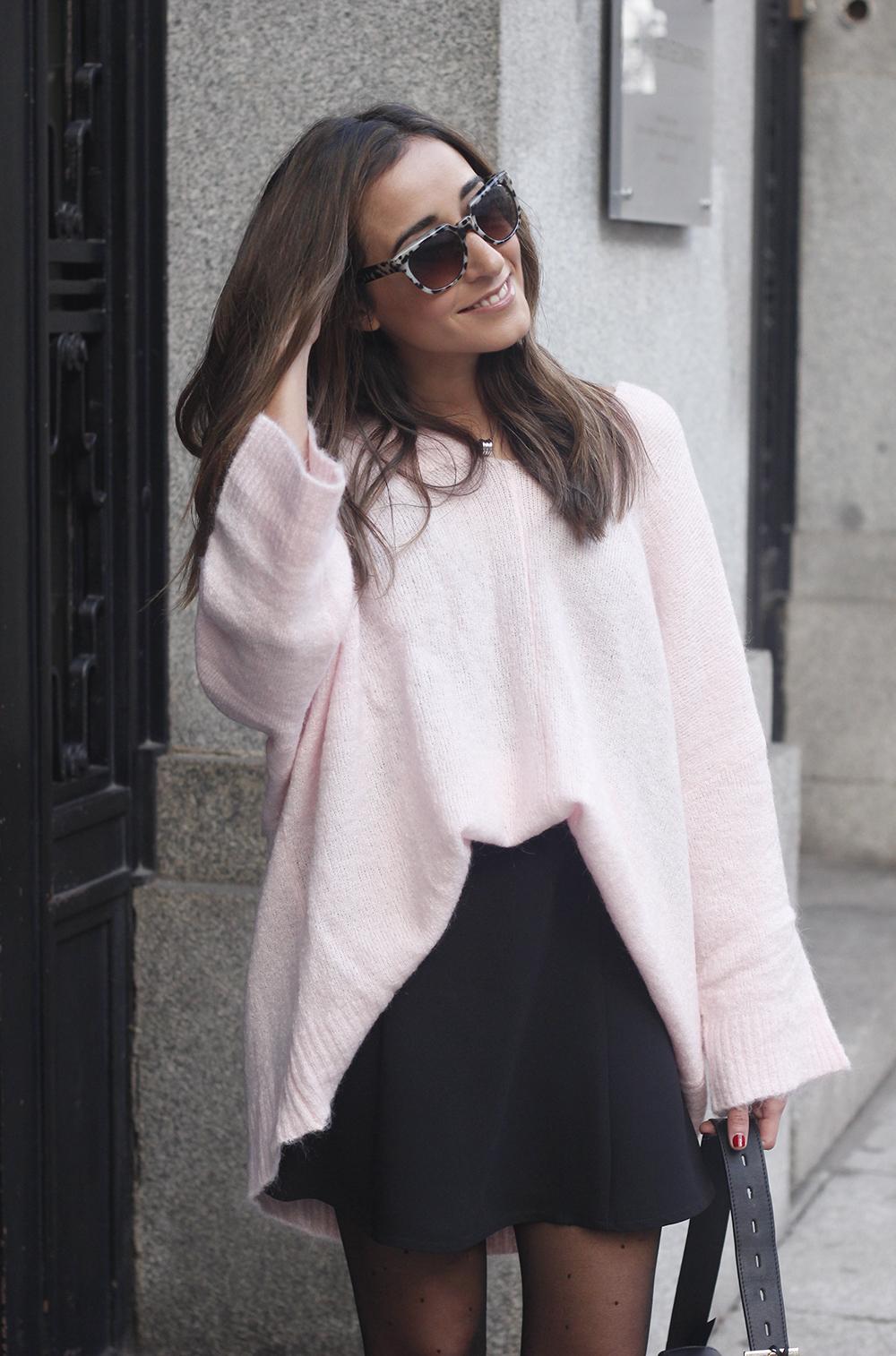 Pink sweater black skirt bulgari ring gloria ortiz bag heels outfit styel fashion09