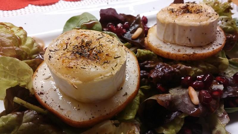 Ziegenkäse mit Birne auf Blattsalat