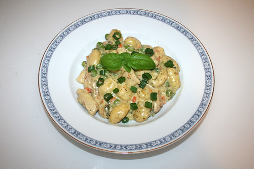 44 - Gnocchi with turkey stripes in white wine herb cheese sauce - Served / Gnocchi mit Putenstreifen in Weißwein-Kräuter-Käsesauce - Serviert