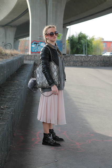 midi-skirt-and-boots-whole-outfit-side-wiebkembg