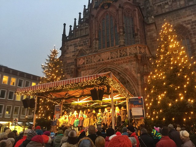 Niños cantando villancicos en el mercado navideño de Nuremberg (Norte de Baviera, Alemania)