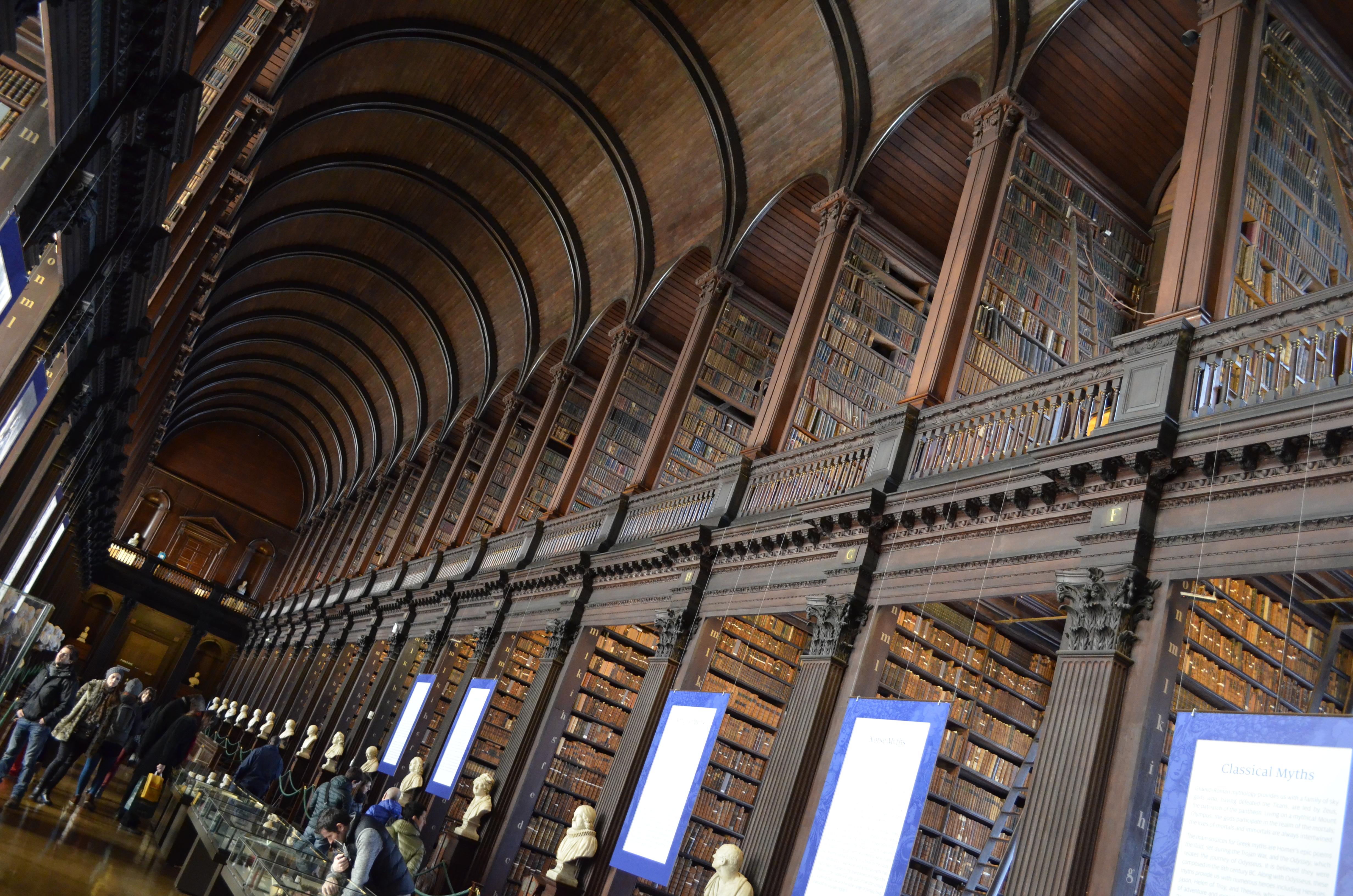 Na Old Library do Trinity College estão mais de duzentos mil títulos de manuscritos