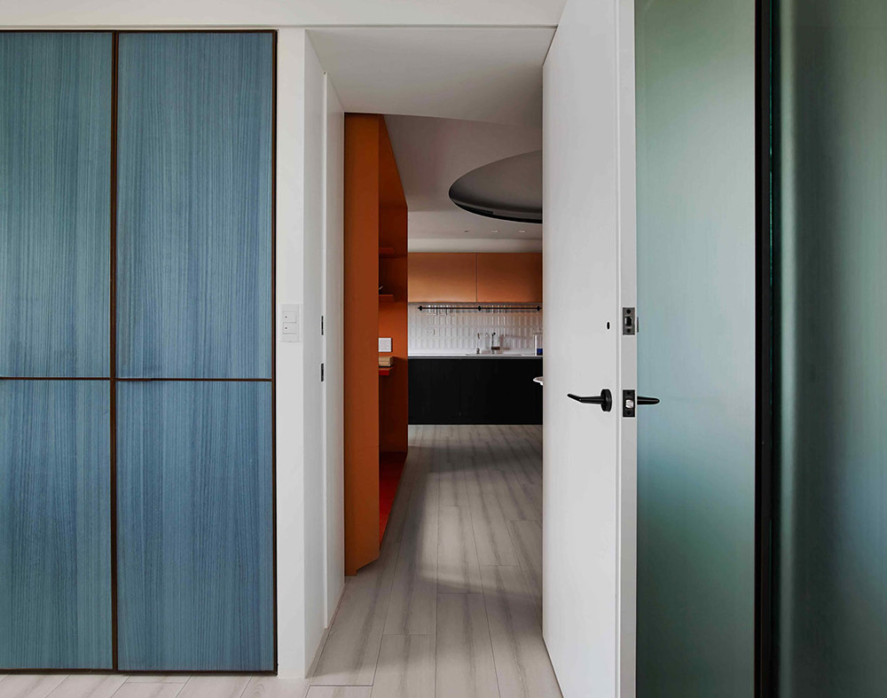 A colorful apartment by Waterfrom Design Sundeno_18