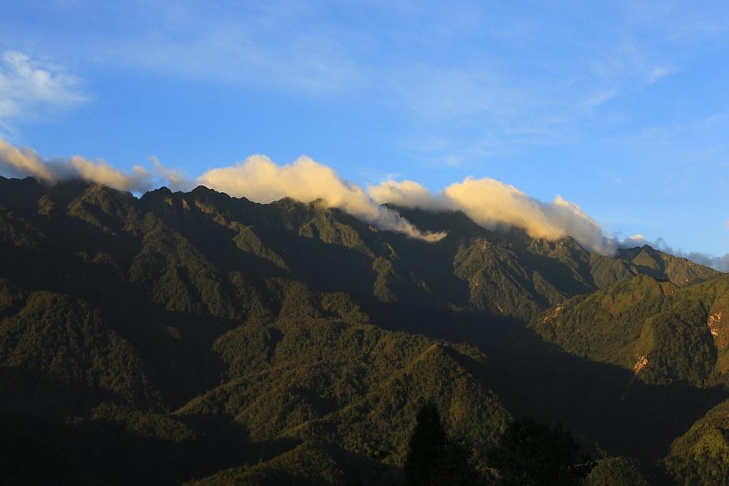Nắng vẫn vàng và mây vẫn ngủ trên đỉnh Fansipan