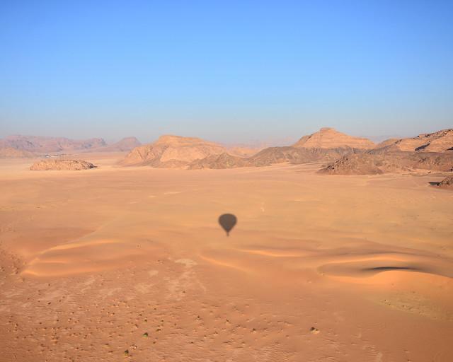 Despegando nuestro globo sobre las dunas del desierto de Wadi Rum