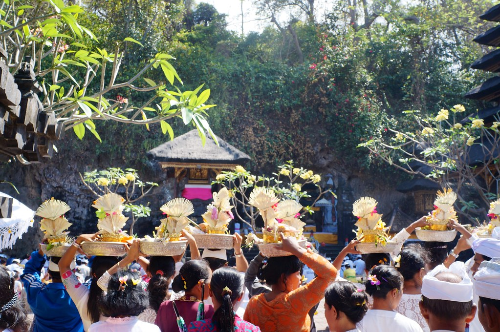 Procession à Goa Lawah