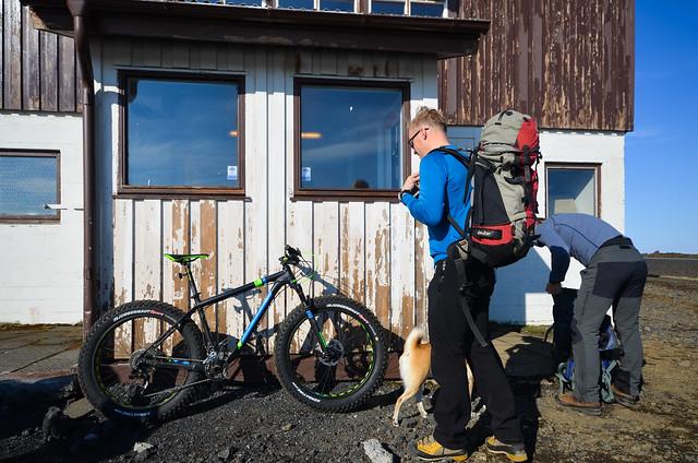 Guías de montaña en Islandia con bicicletas todoterreno 4x4 de ruedas enormes