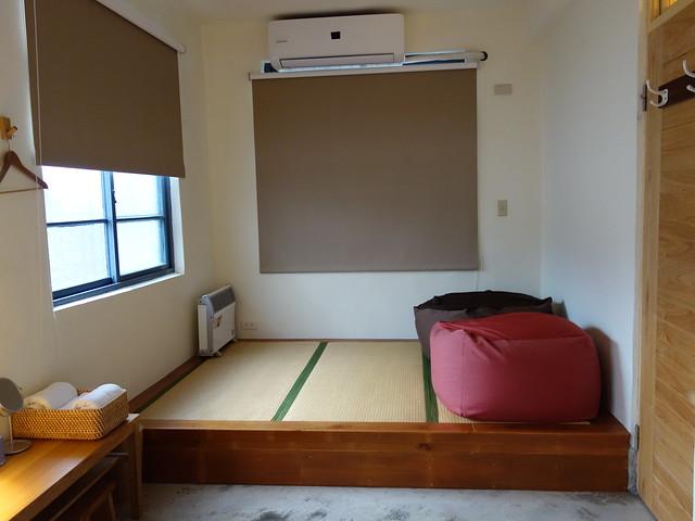 二樓主臥的榻榻米區,有兩大顆可以懶懶地賴在上頭的懶骨頭,還有