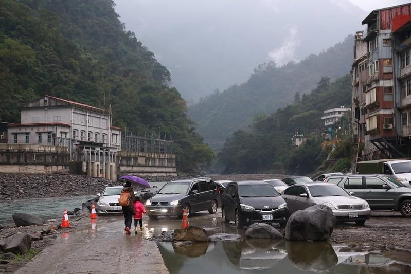 溪邊的停車區