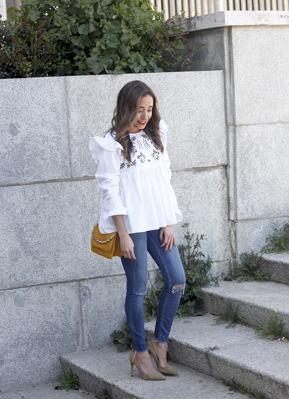 White blouse with ruffles and flower embroidery ripped jeans heels uterqüe bag fashion style outfit04