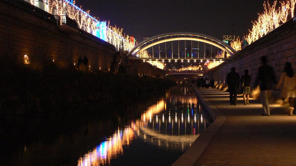 Rieka Cheonggyecheon v noci