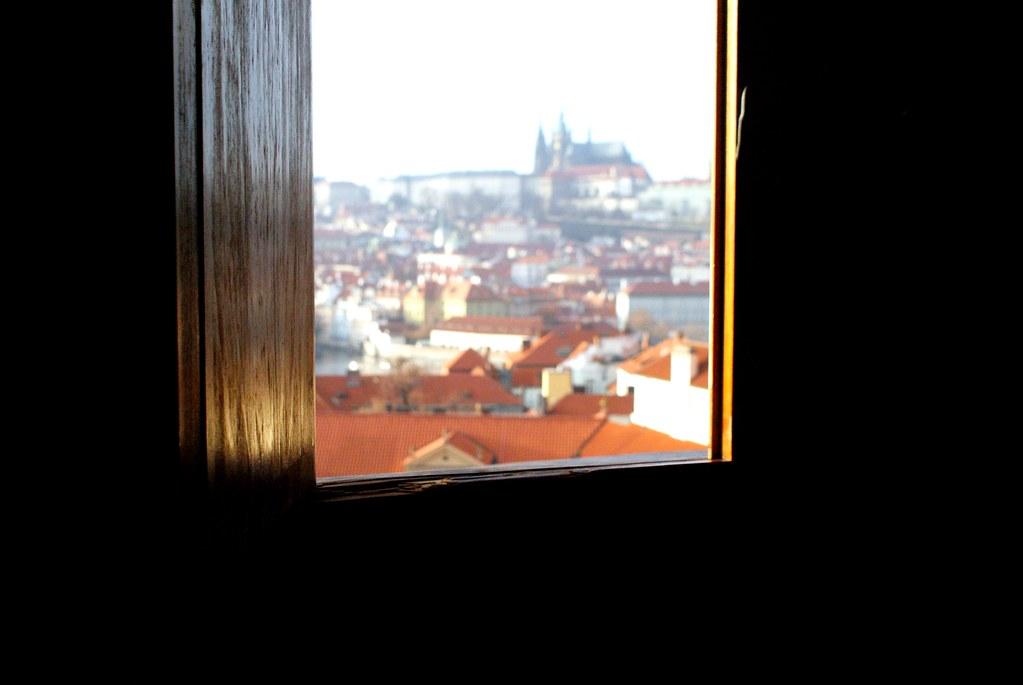 Vue depuis une fenêtre de la tour astronomique du Klementinum à Prague.