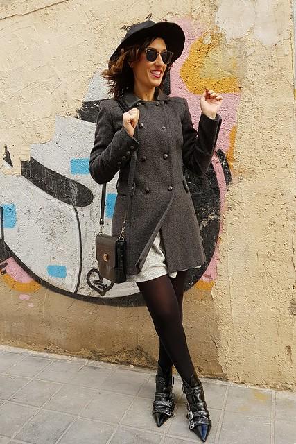vestido de punto gris, botines negros, abrigo de paño gris, corte masculino, sombrero fedora negro, collar de monedas plateadas, grey knit dress, black booties, grey male coat, black fedora hat, silver coined necklace, Stradivarius, Naf Naf, Zara, Ray - Ban