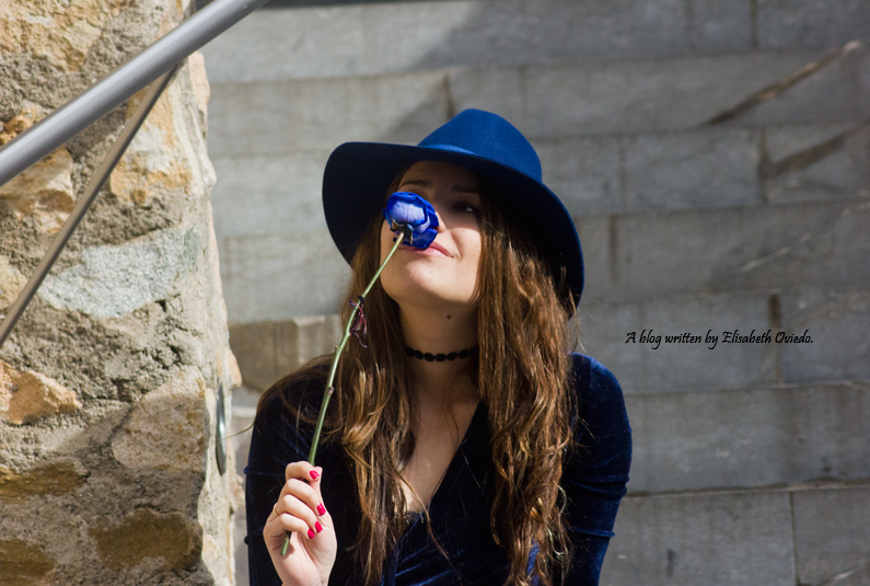 jeans denim HEELSANDROSES Elisabeth Oviedo body terciopelo azul oxfords marrones sombrero azul (4)
